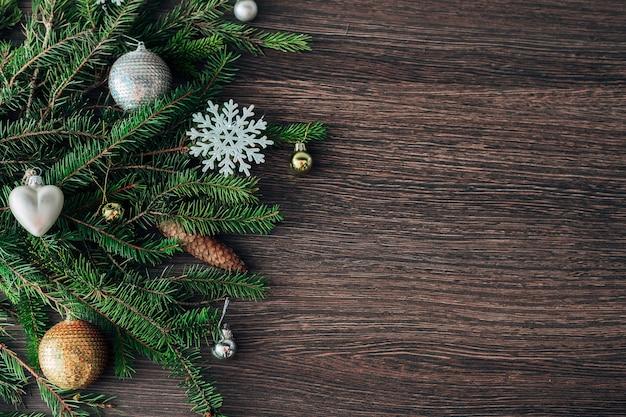 복사 공간 갈색 배경에 크리스마스 트리 녹색 분기의 장식
