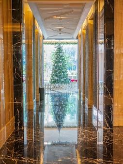 Украшение рождественской елки расположено в бандунге, индонезии.