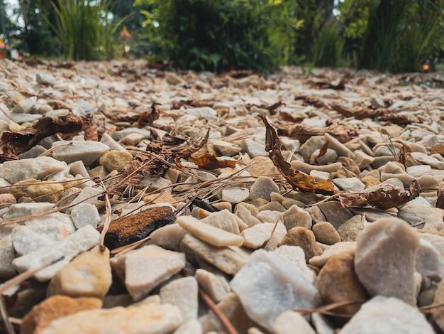 자연석 화강암 깔린 돌과 자갈로 화단 장식