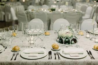 カトラリーとヴィンテージの詳細で結婚式の中心部の装飾。