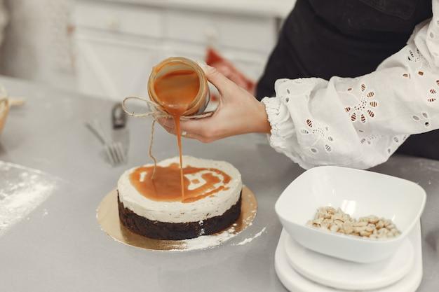 完成したデザートの装飾。自家製ペストリー、クッキングケーキのコンセプト。