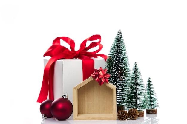 Украшение подарков на рождество на белой стене