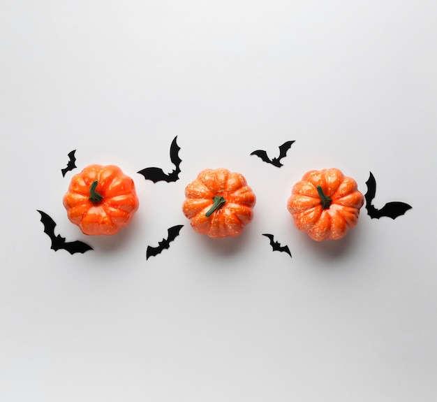 ハロウィンコウモリと装飾カボチャ
