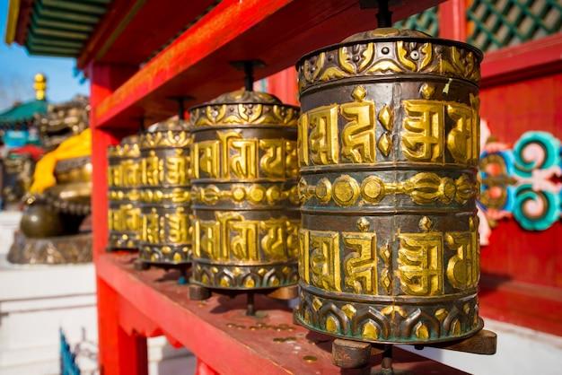 Украшения и атрибуты буддийского храма в иволгинском дацане в бурятии в россии