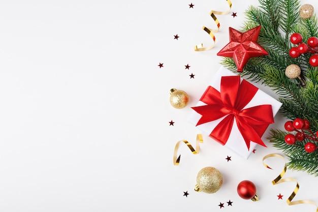 赤い弓で白い紙に包まれた装飾とプレゼント