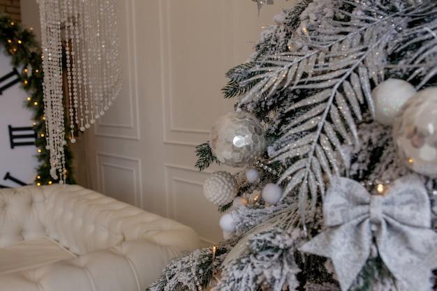 クリスマスツリーの詳細の装飾。美しいクリスマスの作曲。