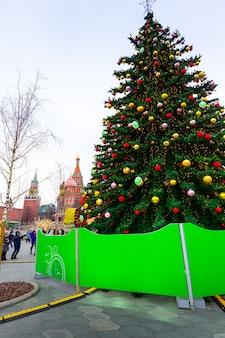 年末年始のデコレーション。モスクワの赤の広場の聖ワシリイ大聖堂の近くの木の枝にクリスマスボール