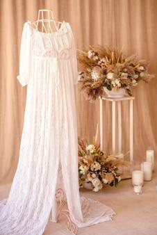 白い花瓶の乾燥した美しい花からの装飾。家の部屋の装飾