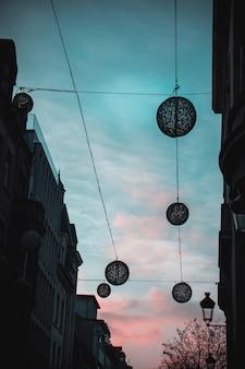 通りと夕焼け空の装飾