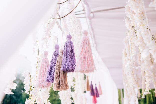 ポンポンの装飾は、糸と布の性質を持っています