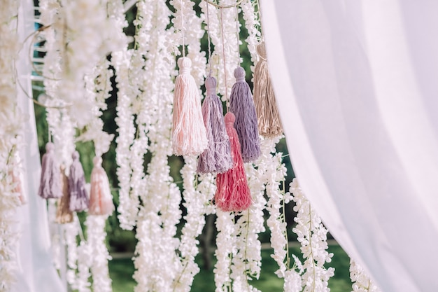 ポンポンの装飾は糸生地で作られています
