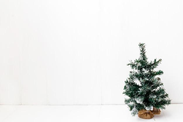 고립 된 흰색 배경에 장식 인공 작은 크리스마스 트리