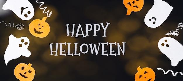 ハロウィーンの装飾的な背景。面白い白い幽霊、オレンジ色のカボチャ、ボケとハッピーハロウィンの碑文、テキストのコピー、フラットレイアウト、バナー