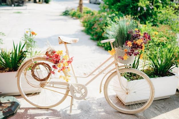 白いアスファルトに明るい色の装飾的な自転車