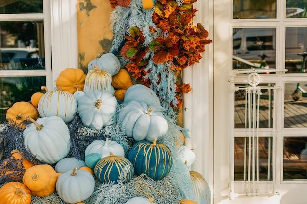 Декоративные синие и оранжевые тыквы на открытом воздухе цветы и наружный фасад фасада декора хэллоуина