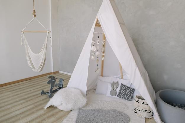 Декоративная хижина типи вигвам в стиле бохо в детской в скандинавском стиле