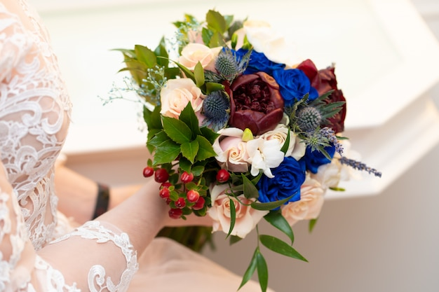 Декоративный букет из живых цветов для невесты во время свадебной церемонии