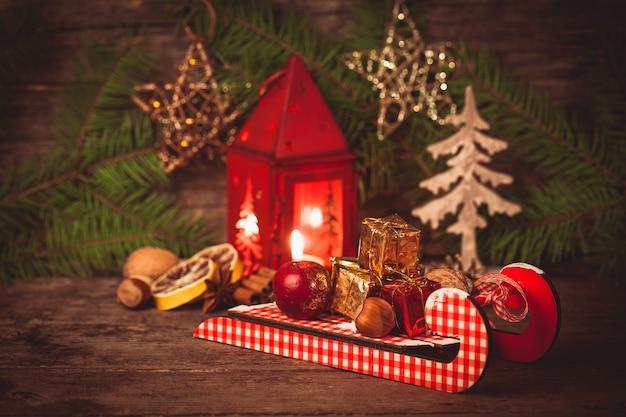 そりの装飾ボックスとナット。クリスマス休暇のシンボル