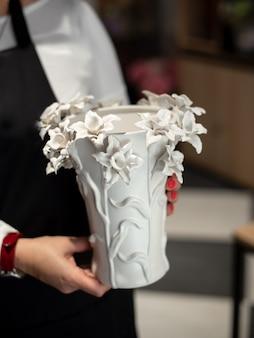 장식용 세라믹 꽃병. 세련된 인테리어 홈 디자인. 냄비에 즙이 많은 선인장 식물