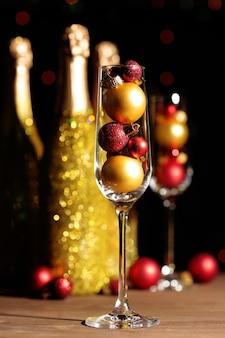 クリスマスボール付きの装飾的なシャンパンボトル
