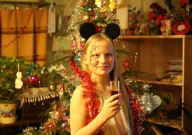 장식 크리스마스 공과 전나무 나무 콘을 닫습니다.
