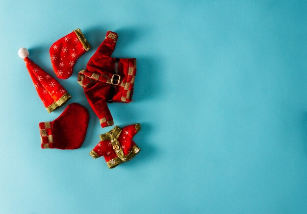 青い背景の装飾的なクリスマスの服。スペースをコピーします。セレクティブフォーカス。