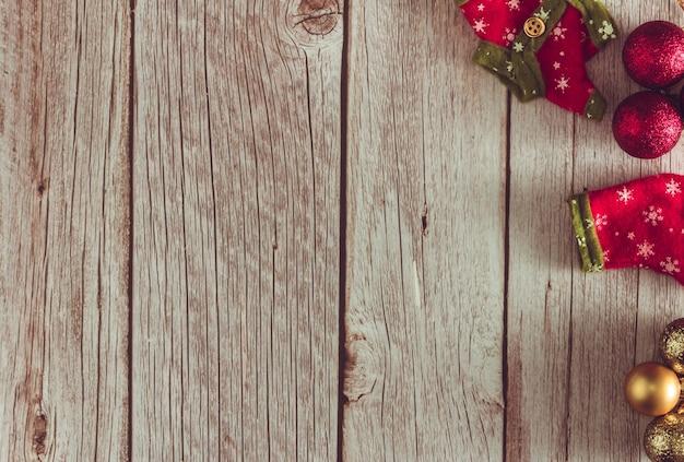 木製の背景にボールと装飾的なクリスマスの服。スペースをコピーします。セレクティブフォーカス。