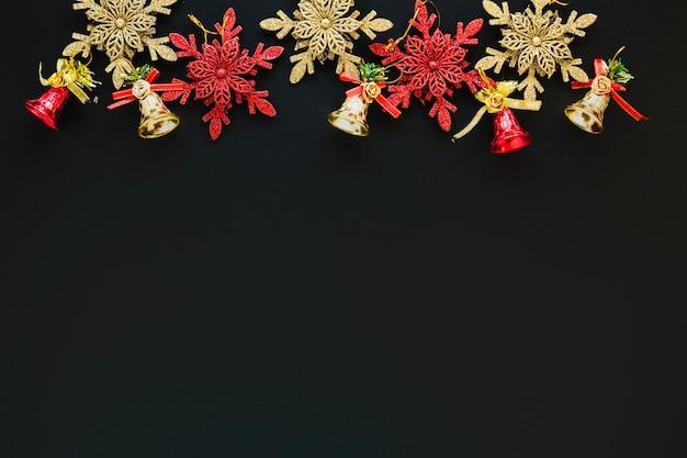 Декоративные рождественские фигуры и пространство внизу