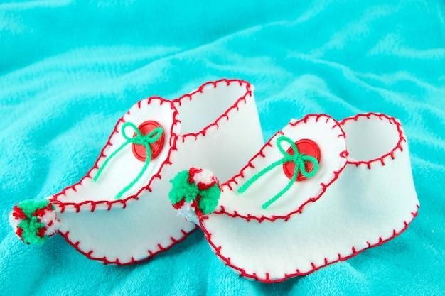 生地の背景に装飾的なクリスマスの靴