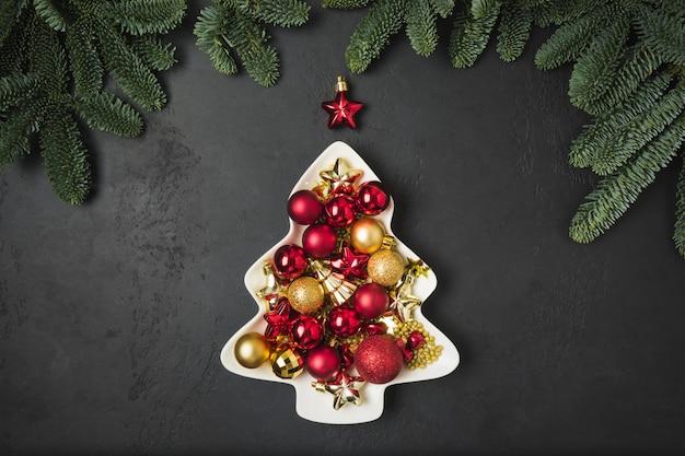Декоративная елка в виде тарелки с красными и золотыми шарами