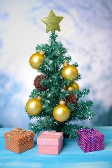 明るい背景に装飾的なクリスマスツリー
