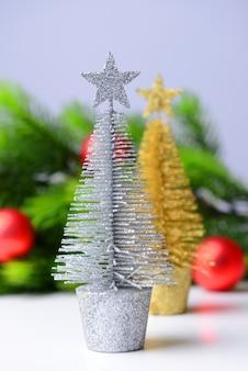装飾的なクリスマスツリー、モミの木の枝、白で隔離