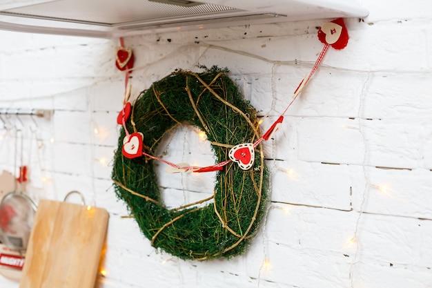 Декоративный рождественский венок на дверь с веточками. украшение на входные двери в новом году