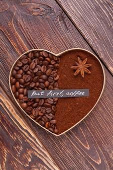 Декоративное кофейное сердце из зерен и порошка. валентина концепция любви.