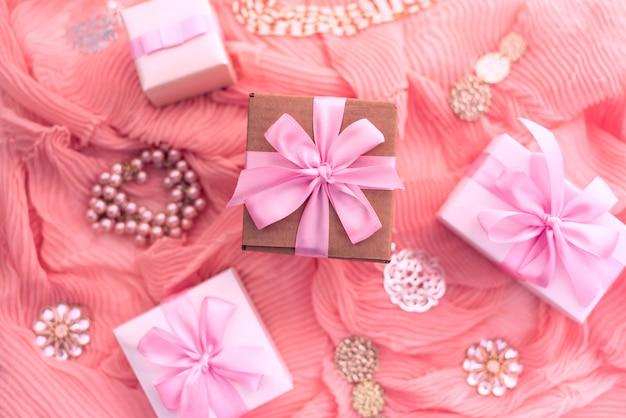 Декоративная композиция подготовка к празднику оформление подарков