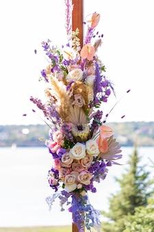 Декоративное оформление свадебной арки живыми цветами. проведение свадебной церемонии под открытым небом. детали декора