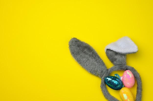 장식 부활절 달걀과 긴 귀 봉제 토끼 장난감, 복사 공간
