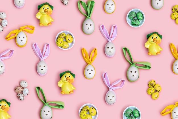 装飾的なイースターエッグ、バニーウサギ、柔らかいピンクのかわいい黄色い鶏