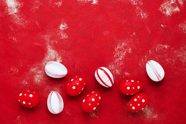 밝은 빨간색 배경에 장식 부활절 달걀
