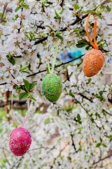 꽃 나무에 장식 부활절 달걀