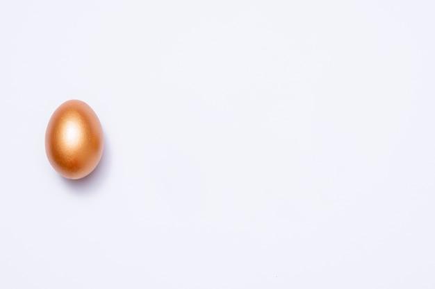 Декоративное пасхальное золотое яйцо