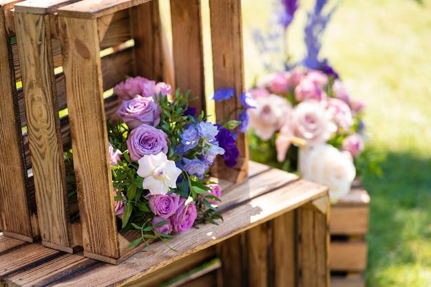 나무 상자와 신선한 꽃 장식 요소입니다. 파티 장식