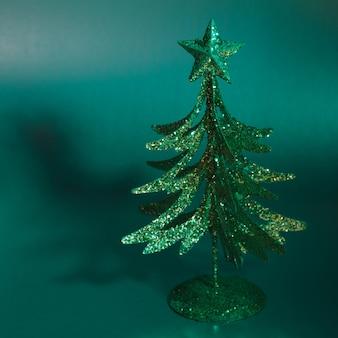 緑の背景の上の装飾的なモミの木