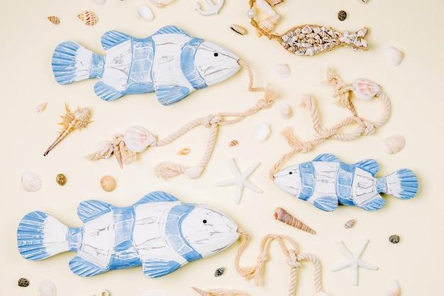 파스텔 배경 여름 시간 개념에 조개와 불가사리가 있는 장식용 물고기