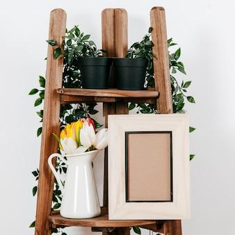Декоративная цветочная подставка с рамками