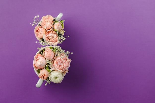 紫色の背景に飾られた花