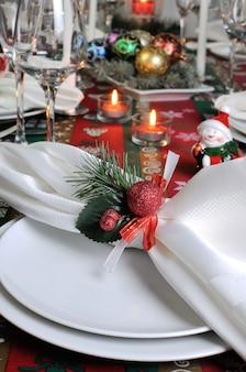 クリスマステーブルの装飾的な折り畳まれたナプキン