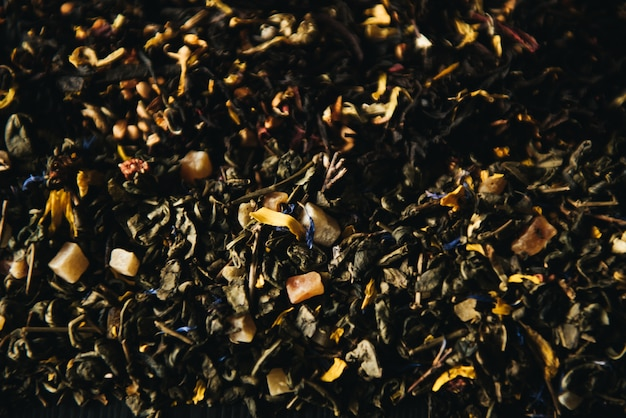 乾燥した緑茶と紅茶の果物と花の添加物の装飾的なフルフレーム画像