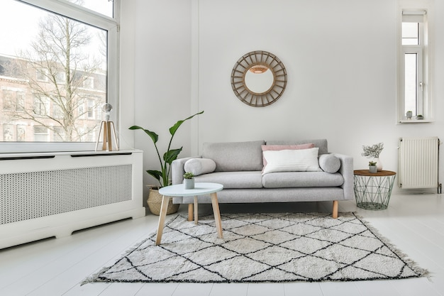 Декоративная мебель в светлой роскошной гостиной
