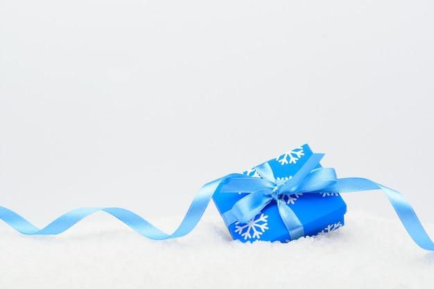 눈에 블루 리본 장식 선물 상자